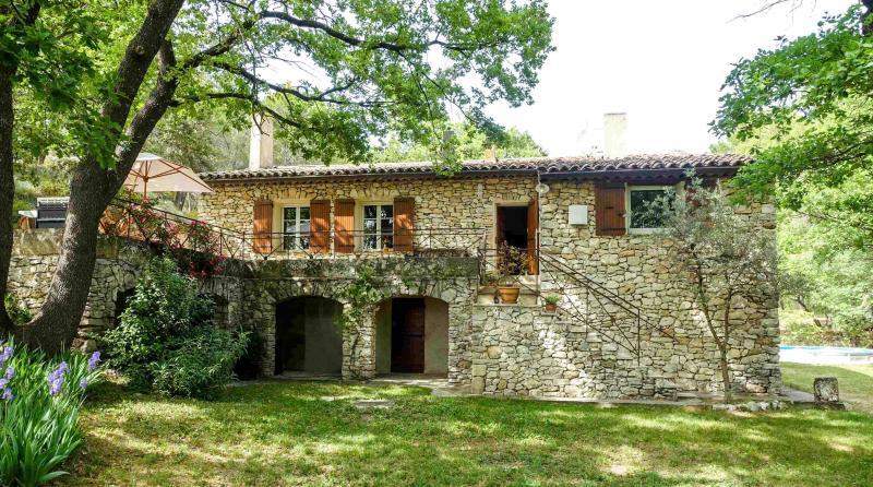 Maison aix en provence en site boisé très calme, holiday rental in Aix-en-Provence