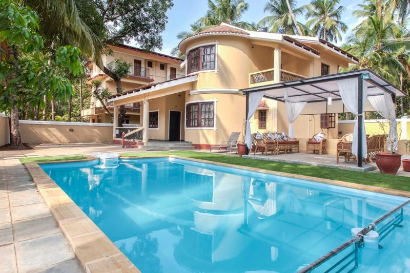 Lush, Chic Villa, with Pool and Garden Views, 10 mins walk to Calangute Beach, holiday rental in Calangute