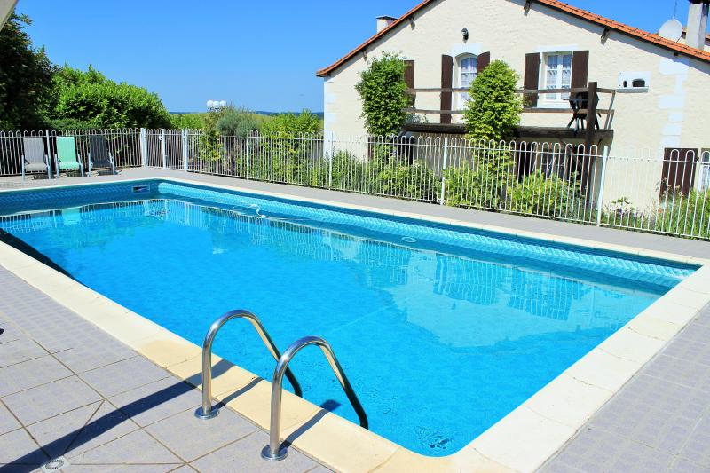 Chez Desier - Farmhouse with Private Swimming Pool, holiday rental in Coutures