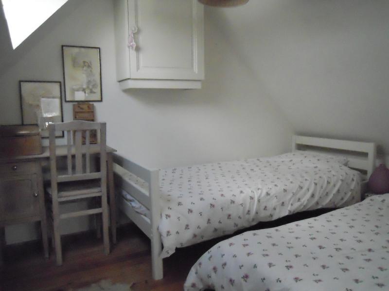 pequena área de dormir com 2 camas de solteiro