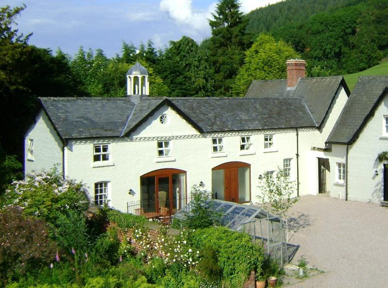 Forest Cottage + Forest Keep together SY16 4DW. Superfast WiFi, vacation rental in Kerry