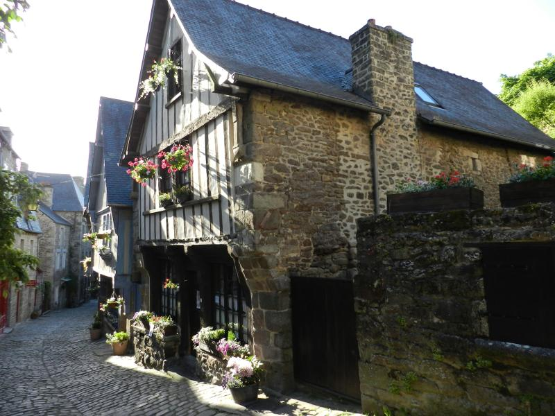 Cozy storybook 15th century house, vacation rental in Cotes-d'Armor