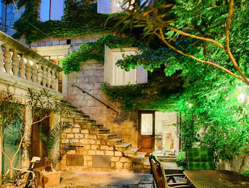 XVIII century stonehouse with the garden next to the beach, location de vacances à Island of Vis