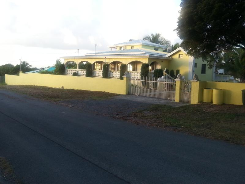 vista frontal de la casa de la calle