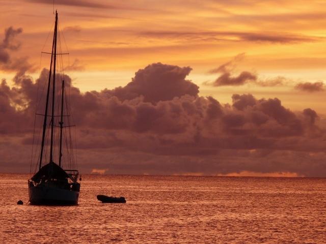 Imagínate saborear puestas de sol como esta desde la cubierta de nuestro velero!