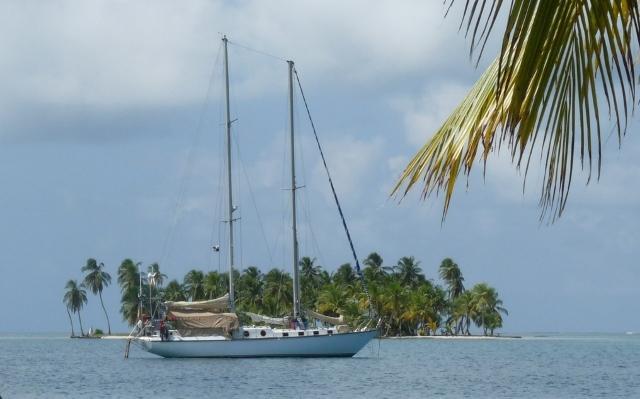 Fondearemos entre islas de cocoteros y playas de arena blanquísima de acceso exclusivo en velero.