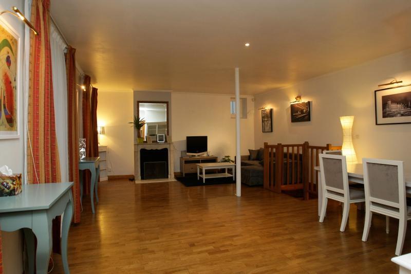 sala de 40 m ² com 2 sofás (incluindo clique Clack 130), uma mesa para 6-7 pessoas