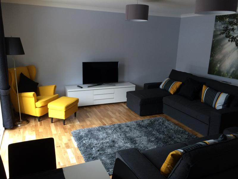 Two Bedroom Serviced Apartment (3), vacation rental in South Lanarkshire