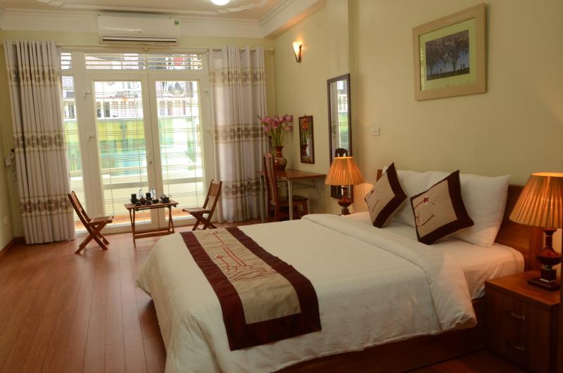 Slaapkamer met balkon op de oude wijk van Hanoi Homestay