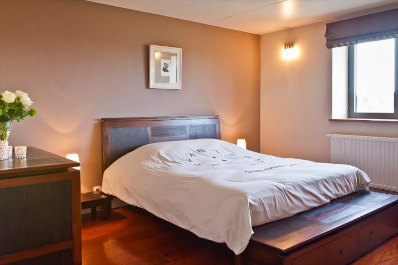 """Every bedroom has its own bathroom, flat screen and a panoramic view on the """"Plateau de Herve""""."""