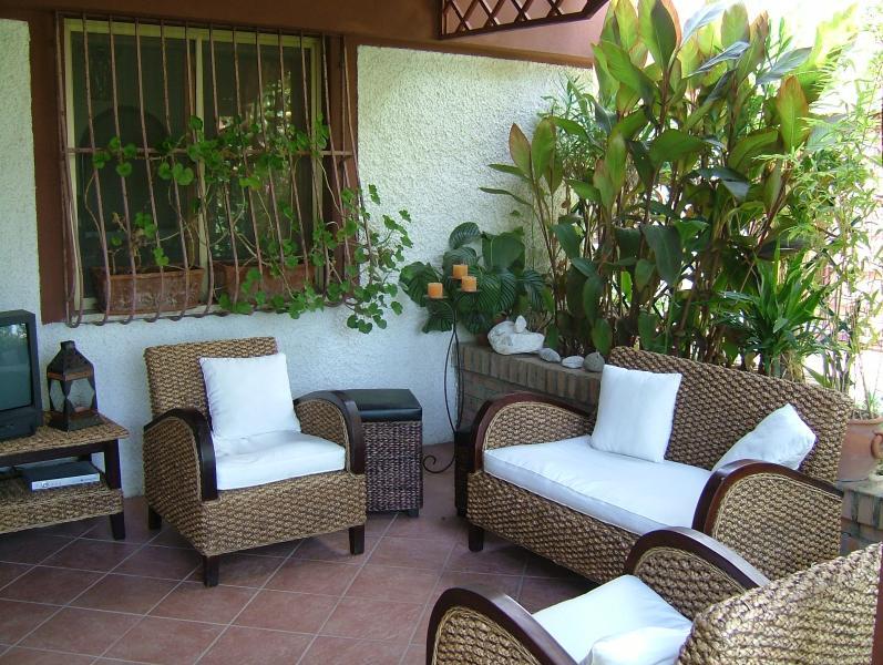 patio anteriore e ingresso villa