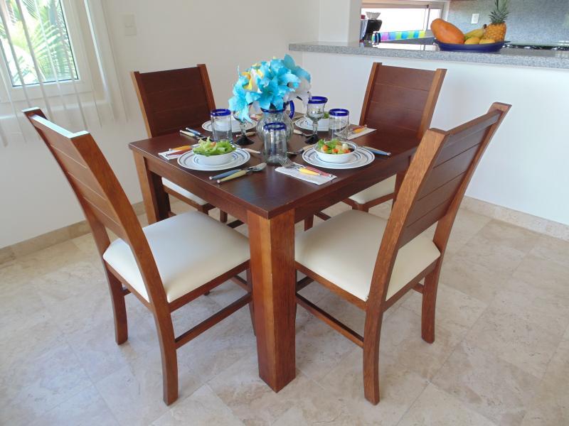 Elegante sala de jantar com óculos handblown.
