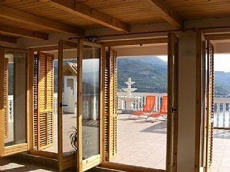 Salon a accès à une immense terrasse face à la mer