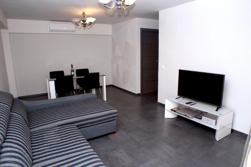 Salón comedor equipado con tv, sofá, dvd, mesa y AA, todo nuevo a estrenar.