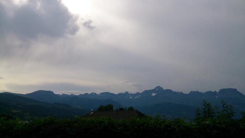 Vista de las montañas de Aravis, por la noche ...