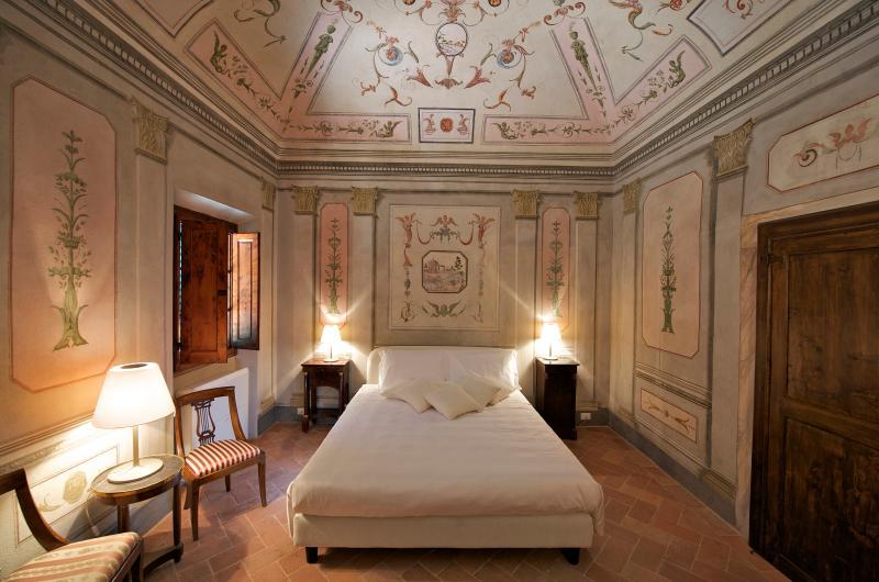 Affrescata room B&B, holiday rental in Trecento