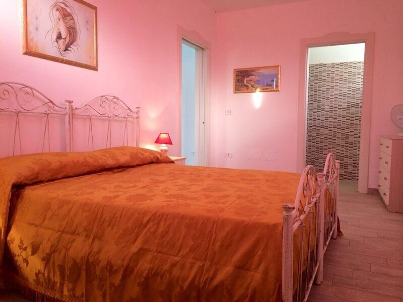 Camera matrimoniale con bagno e cassaforte