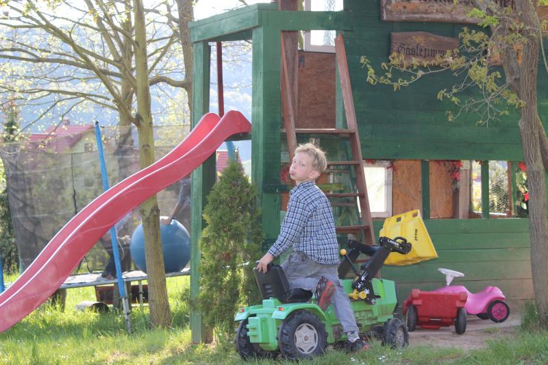 ' Bambini Benvenuti '-Parco giochi per bambini con scivolo, altalena, casa sull'albero, cava di sabbia, trampolino