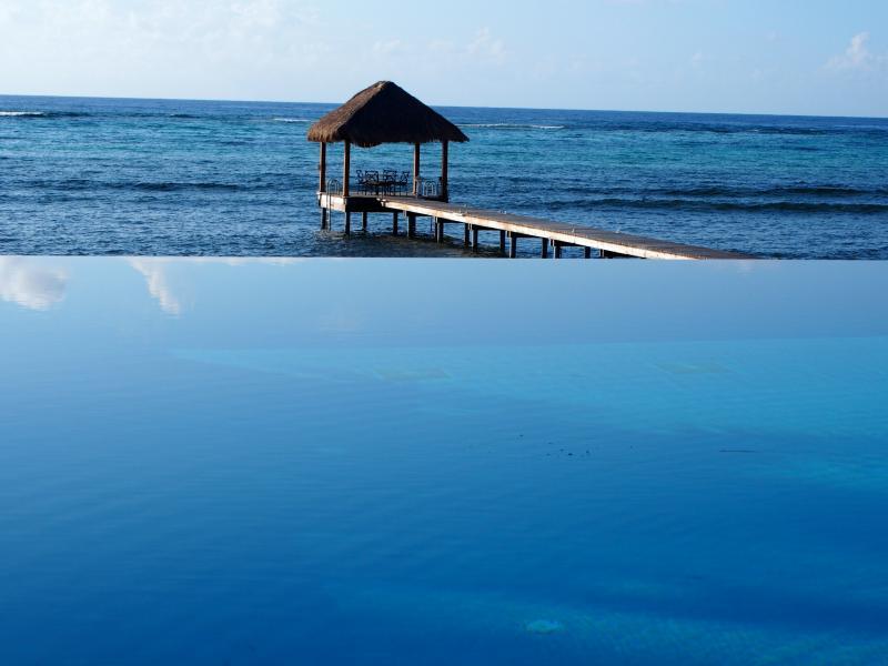 Vue du quai et le bord de l'infini que piscine fond droit dans la mer des Caraïbes.