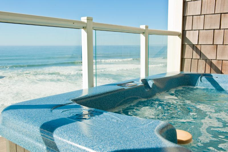 *Promo!* - Top Floor Oceanfront Condo - Private Hot Tub, Indoor Pool, WiFi, HDTV, holiday rental in Lincoln City
