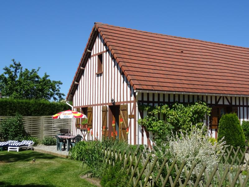 LE BATISON: family-friendly gîte for sightseeing or just relaxing in the garden, casa vacanza a Saint-Christophe-sur-Conde