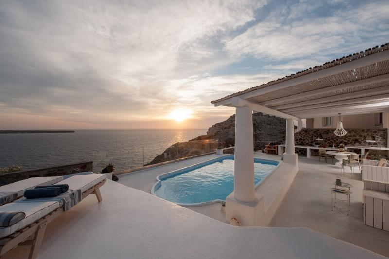 BlueVillas | Villa Anais | Fresh water pool with jacuzzi close to the beach, holiday rental in Oia