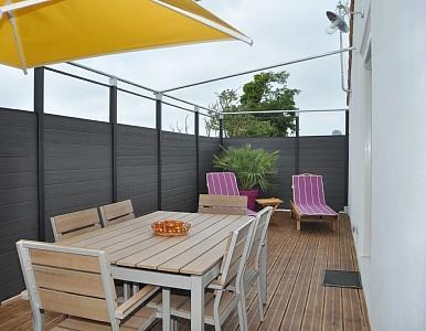 terraza de 34m2 equipada con mesa para 6 personas, banco y 2 sillas. Sombrilla y barbacoa de abril a septiembre