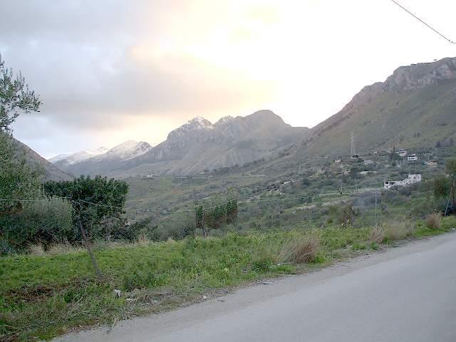 El verde valle donde se encuentra la casa de la ladera de la montaña