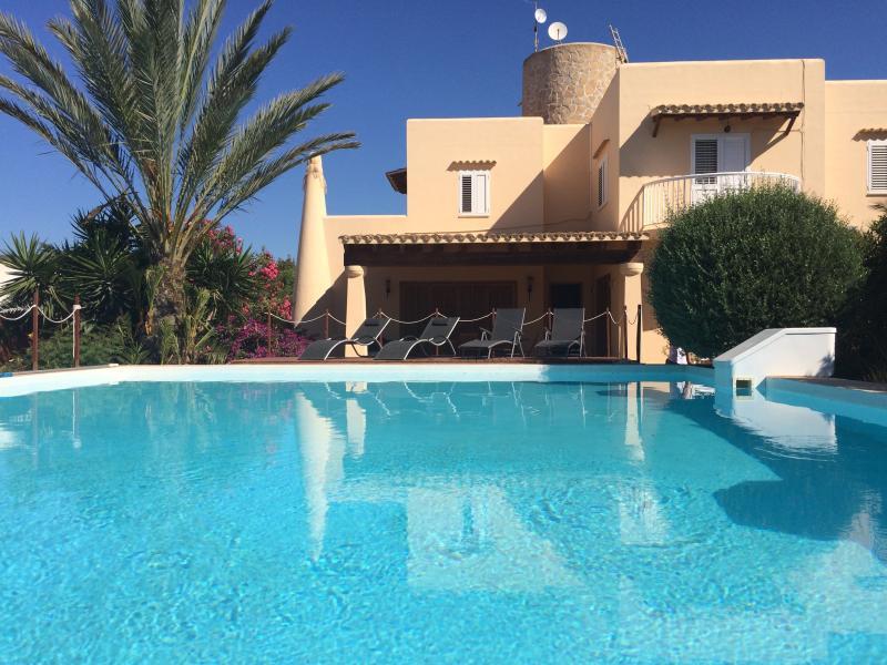 Casa con gran piscina a 2km de ibiza, location de vacances à Cala Llonga