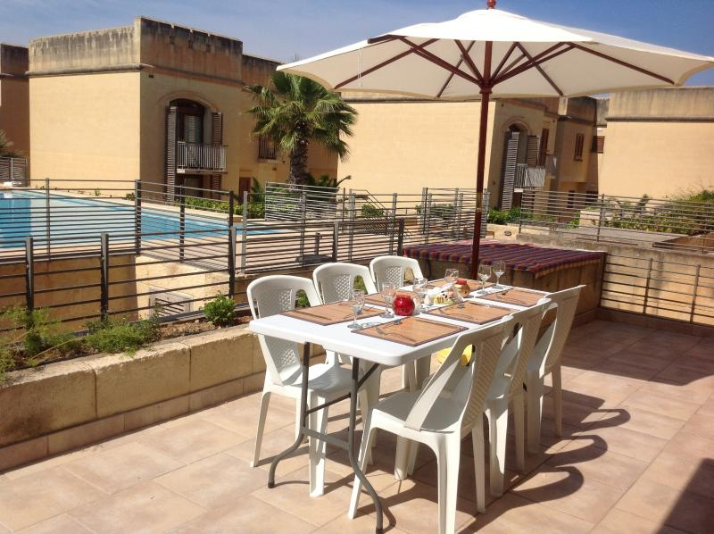 Fort Chambray Pool View Designer Apartment, holiday rental in Ghajnsielem
