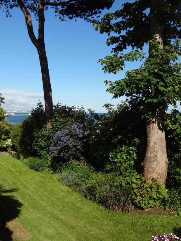 Accès privé et jardins qui mènent au château Cove beach