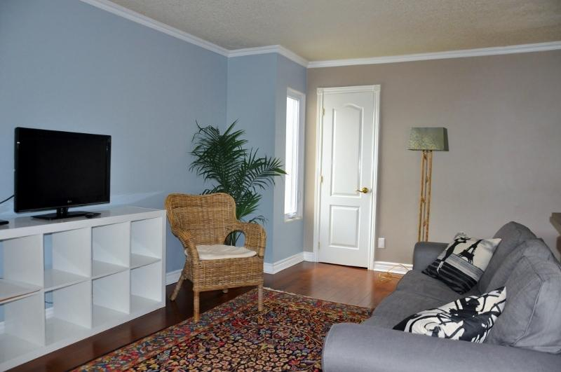 Comfy Living Room with 32  Flat screen TV. High Speed Internet WIFI.