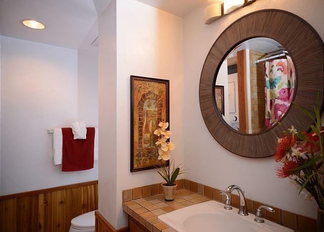 Baño de visitas con servicio de lavandería.