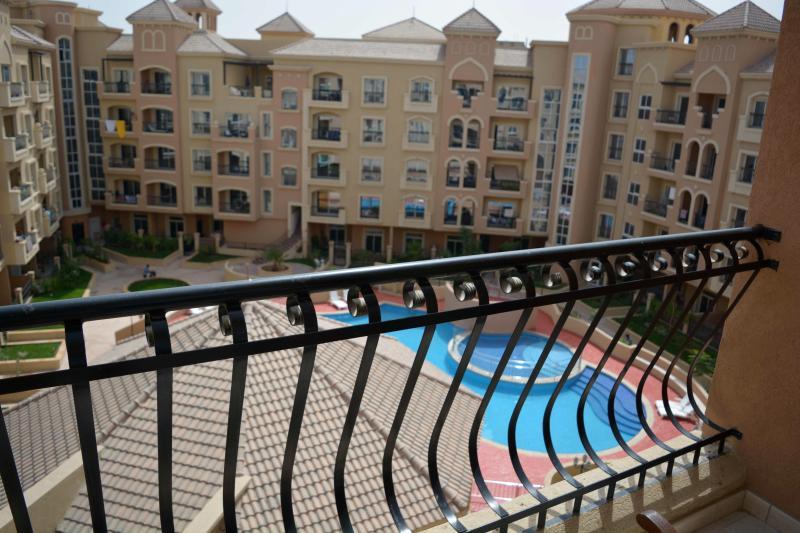 Beautiful 2 BR Apt Pool View, holiday rental in Dubai