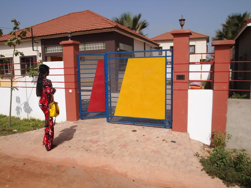 New holiday villa, Gambia. AC's, 2 bathrooms, modern kitchen, very secured, casa vacanza a Batokunku