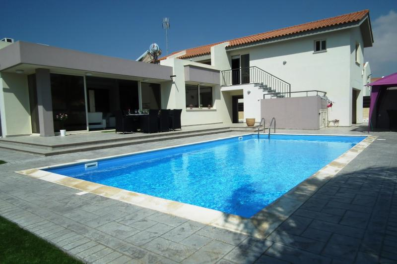 Near the beach luxury villa with private pool, holiday rental in Pervolia