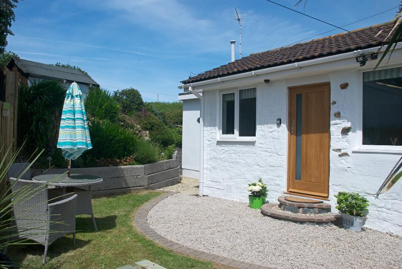 Cute detached cottage with private gardens and countryside views