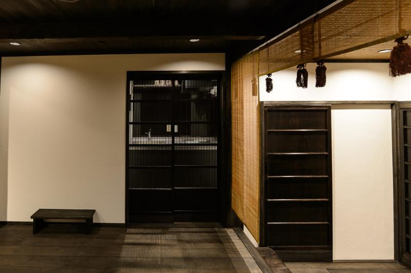 La porte de la cuisine vue partir de la salle de séjour