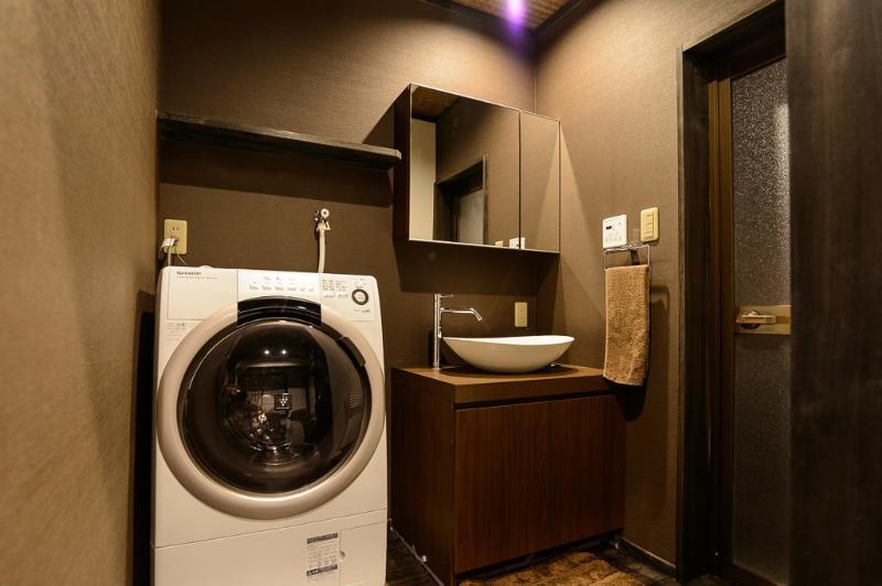 La buanderie avec machine à laver automatique / sécheuse
