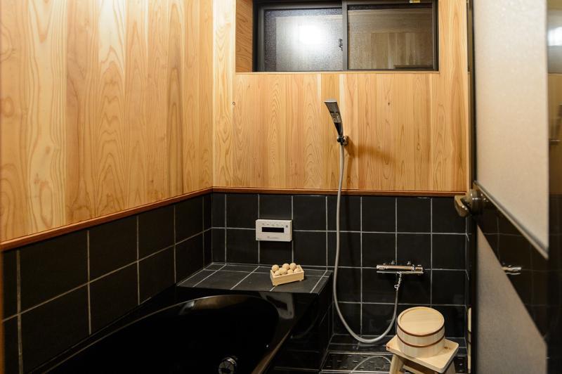 En bois salle de bains avec douche moderne