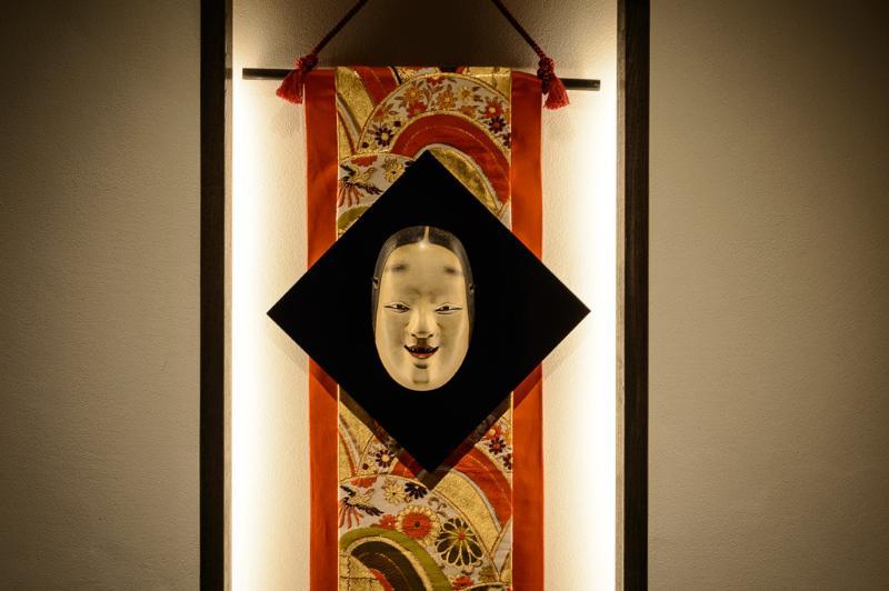 Le créneau de l'entrée, avec un vieux masque de Nô