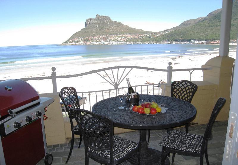 Barbacoa de gas en el balcón para ésos braais del africano del sur famosos!
