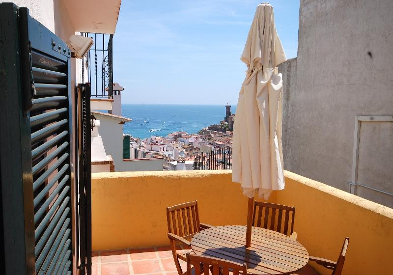 Enjoy nice meals with sea views!