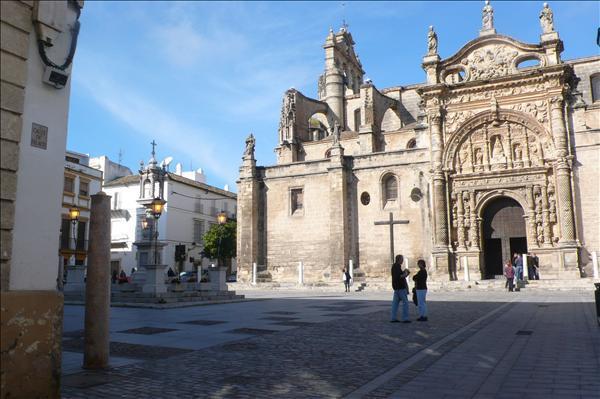 Plaza de España, Iglesia Prioral a 100 mts.