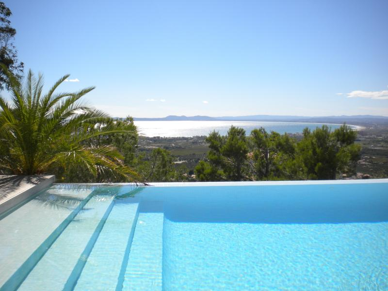 Villa Mirador 4 bed/infinity pool/superb sea/mountain views, holiday rental in Roses