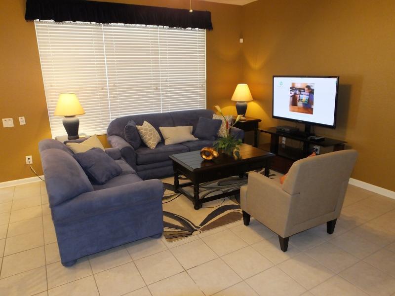 Sala de estar com TV de tela plana de 51' e bluray