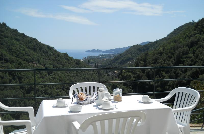 Colazione sul terrazzo con vista mare e Monte di Portofino
