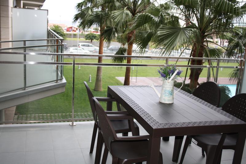 Terraza con vistas al mar y a la piscina