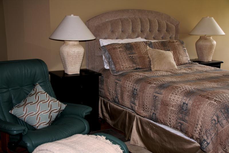 cama de matrimonio muy cómoda con ropa de calidad.