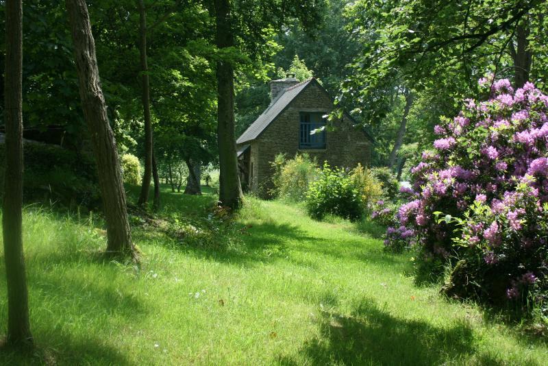 Vue du fond du jardin, la petite maison du pontricoul.